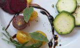 Vorspeise: Bunter Vorspeisenteller mit selbstgepflückten Gartenwundern
