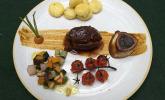 Hauptspeise: Ossobuco mit Gnocchi an glasierten jungen Möhren und Ofentomaten