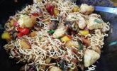 Zitronenpfeffer-Koriander Pute mit Gemüse und gebratenen Mie-Nudeln