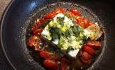 Feta (Schafskäse) auf Tomaten und Zwiebeln, in der Pfanne gebacken