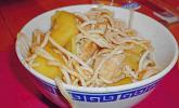 Gebratene Nudeln mit Hühnchen und Mango
