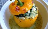 Geschmorte Paprika gefüllt mit Feta-Spinat-Reis