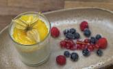 Nachspeise: Bayerisch Creme mit Mangospiegel und frischen Waldbeeren