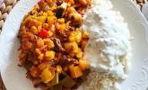 Orientalische Hackfleisch-Gemüse-Pfanne mit Joghurt-Minz-Sauce