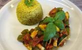 Schnelle vegane Zuchini-Paprika-Tomaten-Pfanne mit Reis