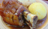 Schweinshaxen mit Knödel und Bayerisch Kraut