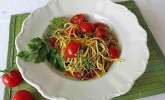 Gebratene Spaghetti mit Basilikum und Tomate