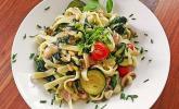 Vegetarische Pasta mit frischem Spinat und gerösteten Pinienkernen