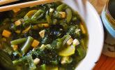 Grüne Gemüsesuppe mit Tofu und Miso