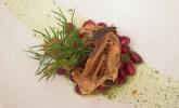 Vorspeise: Petersilienwurzelsuppe mit karamellisierten Zwiebeln, Granatapfel und fränkischem Bauernbrot