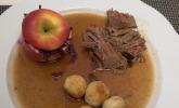 Hauptspeise: Bayreuther Rindersenfbraten mit Burgundersauce, Apfelblaukraut und gebratenen Semmelknödeln