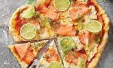 Räucherlachs-Limetten-Pizza mit Crème fraîche und Dill