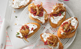 Crostini mit Ziegenfrischkäse, Zwiebeln und Feigenkonfitüre