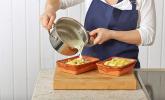 Schritt 10: Sauce über die Kartoffeln geben
