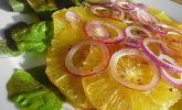 Orangen-Carpaccio mit roten Zwiebeln und schwarzem Pfeffer