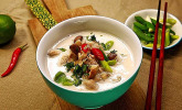Tom Kha Gai - die berühmte Hühnersuppe mit Kokosmilch und Galgant