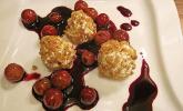 Ziegenkäsebällchen auf Weintrauben in Rotweinsirup