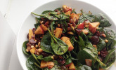 Apfel-Spinatsalat mit Pinienkernen und Sultaninen