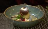 Nachspeise: Muscovadoeis mit Birne, Schokolade und marinierten Kräutern