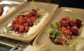 Vorspeise: In Whisky marinierter und lauwarm geräucherter Heilbutt auf Salat von Roter Bete, Boskoop und Sellerie im Meerrettichduft