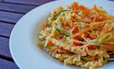 Pasta mit Gemüsejulienne und Erdnusssoße