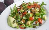 Rucola-Avocado-Tomaten-Salat mit Kürbiskernen