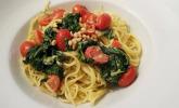 Spaghetti mit Spinat-Käse-Sahnesauce und gerösteten Pinienkernen