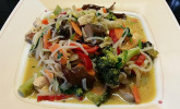 Asiatischer Hähnchen-Gemüseeintopf mit Reisnudeln