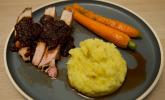 Hauptspeise: Frenched Racks vom Duroc Schwein, mallorquinischer Kartoffelstampf, Honigmöhren und Balsamicosauce