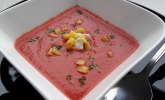 Exotische Rote-Bete-Suppe mit Apfel, Ingwer, Karotten und Frischkäse