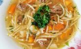 Rindfleischsuppe mit Nudeln und Gemüse