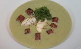 Spitzkohl-Endiven-Suppe mit Birnentopping und Petersiliencroûtons