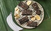 Vegane Brownies mit Bananen und Schokoladensauce