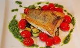 Fischfilet auf gegrillten Zucchinigemüse, Bärlauch-Pesto und marinierten Tomaten