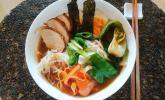 Einfache Ramen mit Pak Choi, Pilzen, Ei und Hähnchenfleisch