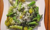 Grüner Spargel und neue Kartoffeln mit Bärlauch-Pesto