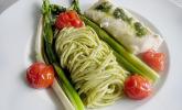 Kingklip mit Bärlauchpesto an Spaghetti, Tomaten und gebratenem Spargel