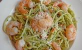 Spaghetti mit Bärlauch-Mandel-Pesto und Scampis