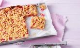 Rhabarberkuchen aus luftigem Hefeteig, mit Vanillepudding und Streuseln