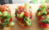 Bruschetta mit grünem Spargel und Tomaten