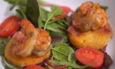 Vorspeise: Gambas à Bijagos mit Maniok-Törtchen auf Salatbett