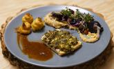 Hauptspeise: Sellerie-Steak mit würziger Haube, Herzoginkartoffeln und cremig gebettetem Gemüse der Saison