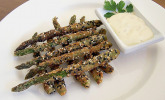 Grüner Spargel in Sesamkörnern mit grüner Tabasco-Mayonnaise