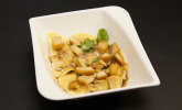 Vorspeise: Ravioli, gefüllt mit Duxelles in einer Pilzreduktion