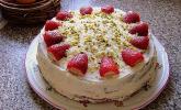Ostertorte mit weißer Schokolade und Erdbeeren