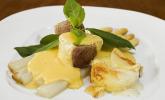 Spargel mit Sauce Hollandaise, gebratenem Schweinefilet und Kartoffelgratin