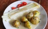 Spargel und Salzkartoffeln mit veganer Hollandaise