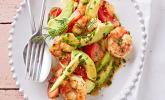 Tomaten-Avocado-Salat mit gebratenen Garnelen