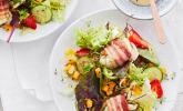 Gebackener Ziegenkäse im Speckmantel auf fruchtigem Salat mit Honig-Senf-Vinaigrette