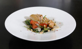 Babyspinat-Salat mit Erdbeeren, gegrilltem Hähnchen und Pinienkernen
